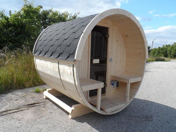Die mini Sauna steht auf einer Straße