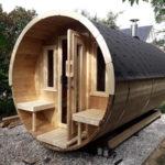 Unser Saunafass Premium 400 aufgebaut in einem Garten.